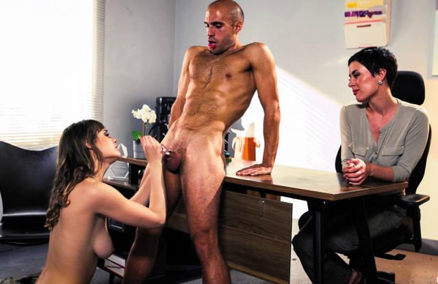 Начальница смотрит, как секретарша горлом делает минет коллеге