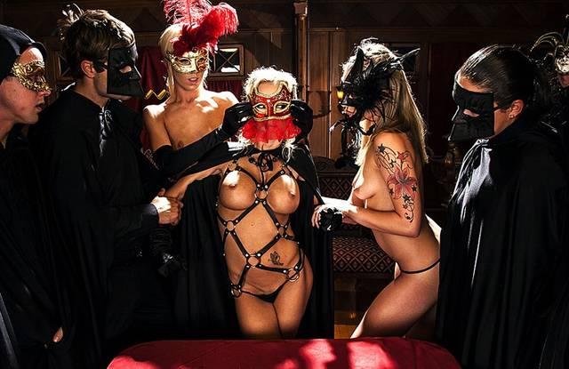 Члены масонского клуба дегустируют новых девочек