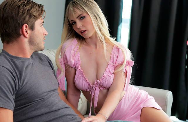 Блондинка в розовой блузке смело отсасывает брату большой крепкий член