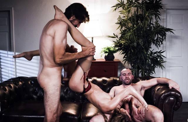 Два мужика на диване растягивают очко девки в чулках толстыми хуями