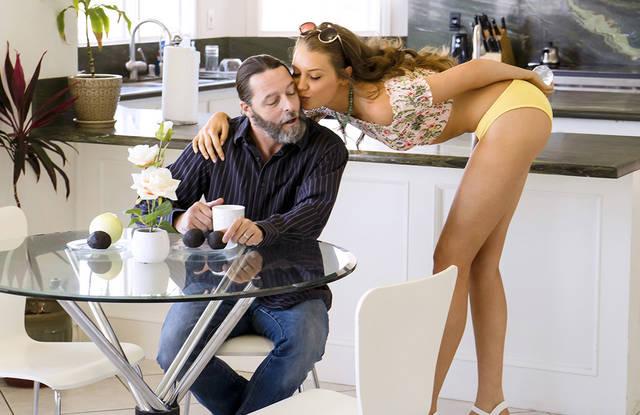 Седой отец вылизал анал дочери на кухне и жестко трахнул без презика