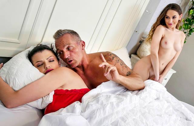 Седой любовник выебал с утра на кровати жену и дочку толстым хером